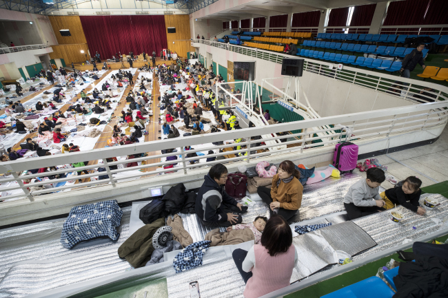 Victims left homeless by Wednesday`s earthquake take shelter in an indoor gym in Pohang. (Yonhap)