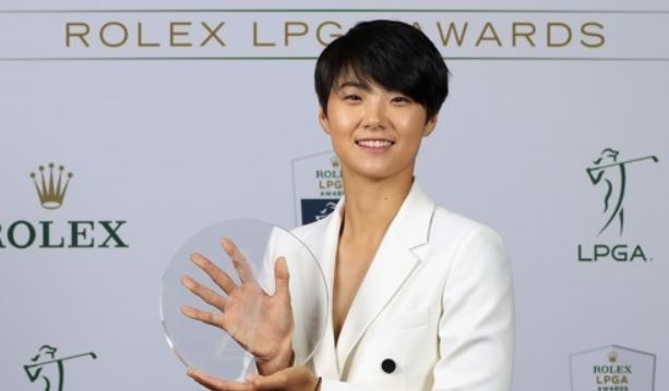 In this photo provided by the LPGA Tour, Park Sung-hyun of South Korea holds the trophy for the Louise Suggs Rolex Rookie of the Year during an awards ceremony at the Ritz-Carlton Golf Resort in Naples, Florida, on Nov. 16, 2017. (Yonhap)
