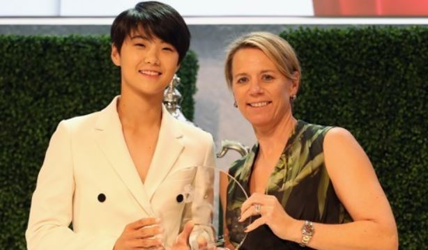 In this photo provided by the LPGA Tour, Park Sung-hyun of South Korea poses with the trophy for the Louise Suggs Rolex Rookie of the Year alongside LPGA legend Annika Sorenstam, who presented Park with the award, during a ceremony at the Ritz-Carlton Golf Resort in Naples, Florida, on Nov. 16, 2017. (Yonhap)