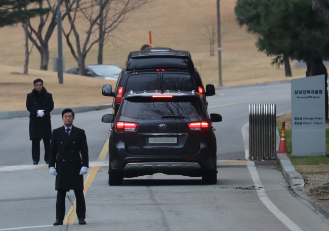 MEMORIAL FOR SAMSUNG FOUNDER -- Cars presumed to be occupied by members of the Samsung Group's owner family are seen near Hoam Art Museum in Yongin, Gyeonggi Province, on Friday, when the 30th memorial ceremony for the late Samsung founder Lee Byung-chull took place. As Samsung's de facto chief Lee Jae-yong remains jailed for corruption, the commemorative event took place with the smallest number of participants this year. (Yonhap)