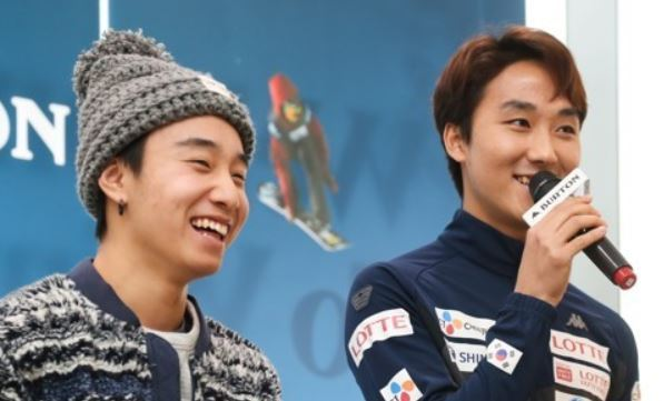 South Korean freestyle snowboarders Lee Min-sik (L) and Kweon Lee-jun smile during a media event in Seoul on Nov. 17, 2017. (Yonhap)