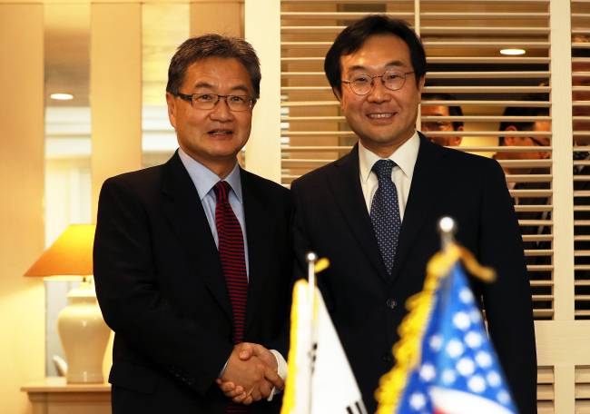 From left: Lee Do-hoon, South Korea`s special representative for Korean Peninsula peace and security affairs and his US counterpart Joseph Yun (Yonhap)