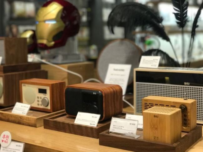 Bluetooth speakers equipped with radio functions are put on display at Kyobo Book Centre in Gwanghwamun, Seoul (Lim Jeong-yeo/The Korea Herald)