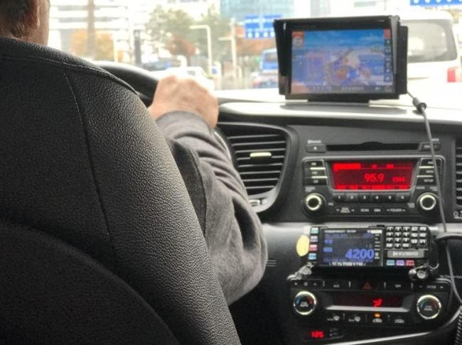 A taxi driver listens to radio soap opera (Lim Jeong-yeo/The Korea Herald)
