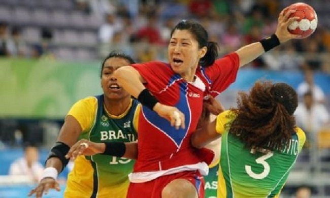In this file photo taken on Aug. 15, 2008, South Korean handball player Hong Jeong-ho (C) tries to shoot the ball during a match against Brazil at the Beijing Olympics. (Yonhap)