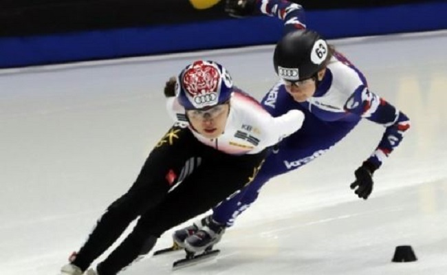 Kim A-lang of South Korea (L) competes in the women`s 1,000m heats at the International Skating Union World Cup Short Track Speed Skating at Mokdong Ice Rink in Seoul on Nov. 17, 2017. (Yonhap)