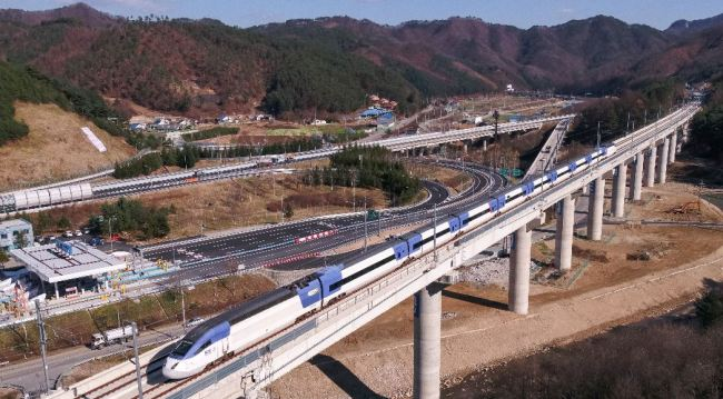 A KTX train on Wednesday runs on the new Seoul-Gangneung line connecting Incheon and Seoul to the cities in Gangwon Province where the 2018 PyeongChang Winter Games will be held. (Yonhap)