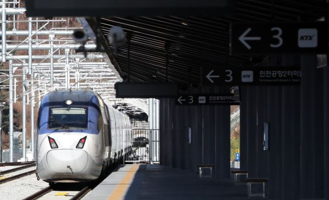 A KTX train pulls up Wednesday at Jinbu Station on the new Seoul-Gangneung line connecting Incheon, Seoul and cities in Gangwon Province, where the 2018 PyeongChang Winter Games will be held. (Yonhap)