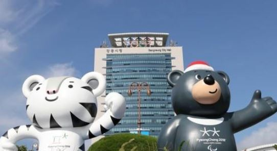 This file photo taken Sept. 4, 2017, shows Soohorang (L), the mascot for the 2018 PyeongChang Winter Olympics, and Bandabi, the mascot for the 2018 PyeongChang Winter Paralympics, in front of Gangneung City Hall in Gangneung, Gangwon Province. Gangneung is the 2018 Olympic host for all ice events. (Yonhap)