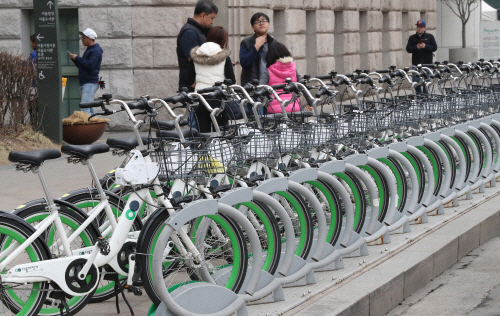 Bicycles are seen that belong to Seoul's bike-sharing system, Ttareungyi. Yonhap