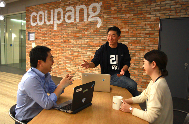 Employees chat at one of the company's meeting spaces at Coupang headquarters in Songpa-gu, Seoul. (Coupang)