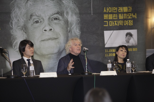 Berlin Philharmonic Orchestra conductor Simon Rattle (center) speaks as pianist Cho Seong-jin (left) and composer Chin Un-suk listen during a press conference held Sunday at the JW Marriott in Seoul. Kumho Asiana Cultural Foundation