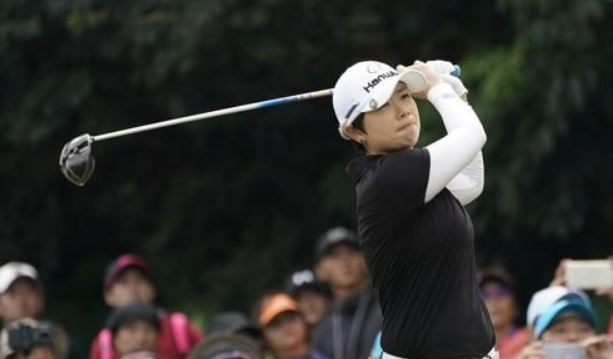 In this EPA file photo taken Oct. 22, 2017, Ji Eun-hee of South Korea tees off during the fourth round of the Swinging Skirts LPGA Taiwan Championship in Taipei at Miramar Resort and Country Club. (Yonhap)
