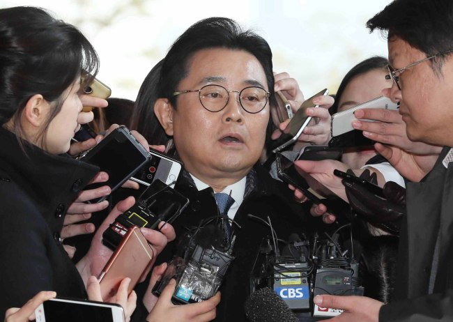 Ex-senior presidential secretary Jun Byung-hun is surrounded by reporters during his appearance at the Seoul Central District Prosecutors' Office on Monday. (Yonhap)