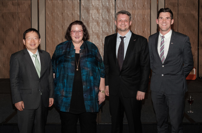 From left: Dongwon CNS Vice Chairman Park In-koo, New Zealand Ambassador to Korea Clare Fearnley, Kiwi Chamber Chairman Tony Garrett and Wellington Mayor Justin Lester (Edge Communications)