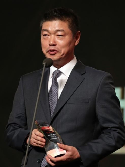 Gyeongnam FC head coach Kim Jong-boo speaks after he was named the Coach of the Year for the 2017 K League Challenge season during the K League Awards at a Seoul hotel on Nov. 20, 2017. (Yonhap)