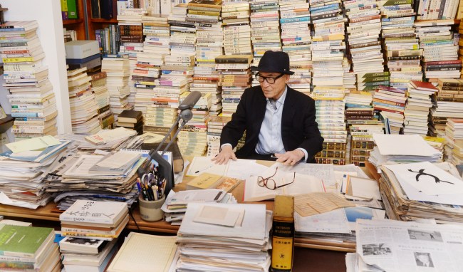 Ko Un at the Maninbo Library (Park Hyun-koo/The Korea Herald)