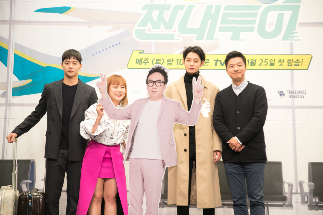 (From left) Yeo Hoe-hyun, Park Na-rae, Jung Joon-young and Kim Saeng-min pose with a cutout of Park Myung-soo at a press conference in Mapo-gu, Seoul on Tuesday. (CJ E&M)