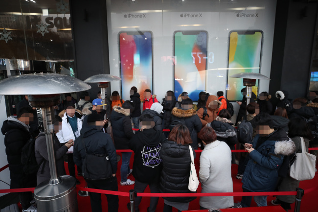 IPHONE X IN SEOUL -- Customers line up to claim their pre-ordered iPhone X at the KT Square in Gwanghwamun of Seoul, Friday. The iPhone X, which Apple designed as its 10th anniversary smartphone, officially became available for purchase through Korea's three mobile carriers SK Telecom, KT and LG Uplus on the day. (Yonhap)