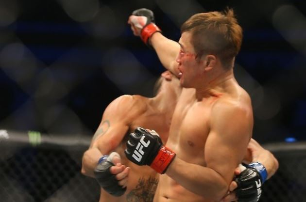 In this file photo taken Nov. 28, 2015, South Korean mixed martial arts (MMA) fighter Bang Tae-hyun (R) competes with Leo Kuntz of the United States during their lightweight bout at UFC Fight Night 79 at Olympic Gymnastics Arena in Seoul. (Yonhap)