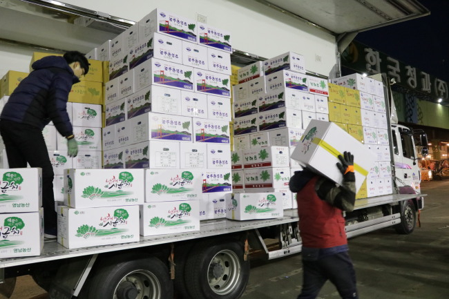 Agricultural goods are relocated in Garak Wholesale Market in Seoul. (Son Ji-hyoung/The Korea Herald)