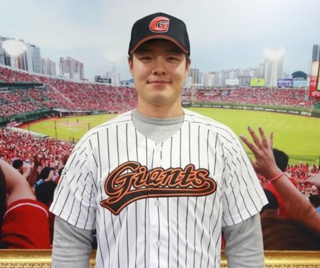 In this photo provided by the Lotte Giants baseball club, outfielder Min Byung-hun poses in the Giants uniform after signing a four-year, 8 billion-won (US$7.3 million) free agent contract with the Korea Baseball Organization club on Nov. 28, 2017. (Yonhap)