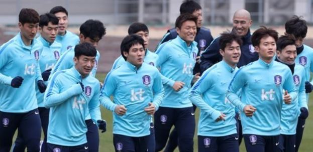 In this photo taken Nov. 28, 2017, South Korea national football team players train at Ulsan Stadium in Ulsan. (Yonhap)