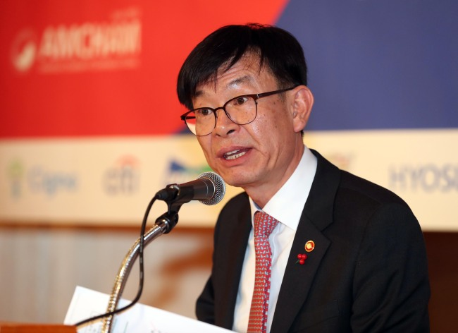 Kim Sang-jo, chairman of the Korea Fair Trade Commission, speaks during a general membership meeting with members of the American Chamber of Commerce in Korea at Lotte Hotel in Seoul on Wednesday. (Yonhap)