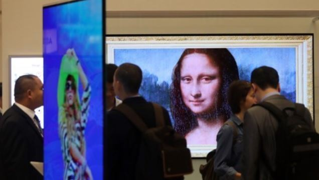 LG Display Co. presents its latest organic light-emitting diode (OLED) panel in a display exhibition at the Convention & Exhibition Center (COEX) in southern Seoul on Oct. 17, 2017. (Yonhap)
