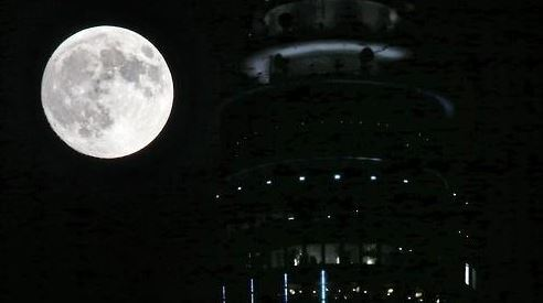 Supermoon over N Seoul Tower in Seoul, on Sep. 28, 2015. (Yonhap)