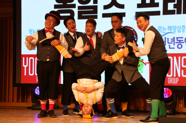 Non-verbal comedy team Ongals performs at a press conference in Gwanak-gu, Seoul, Wednesday. (Yoonso Group)