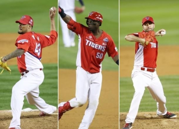 Right-hander Hector Noesi (L), outfielder Roger Bernadina (C) and left-hander Pat Dean re-signed with the Kia Tigers in the Korea Baseball Organization on Nov. 30, 2017. (Yonhap)