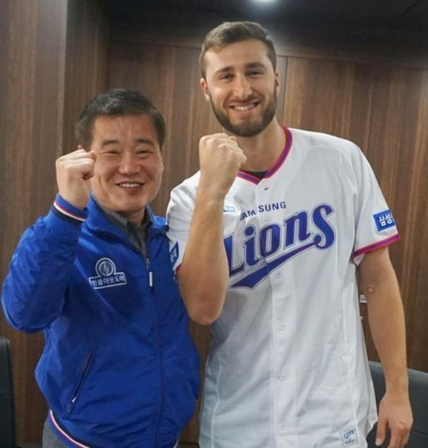 In this photo provided by the Samsung Lions baseball club, Tim Adleman (R), the Korea Baseball Organization (KBO) club`s new pitcher, poses with the club president Kim Dong-hwan after signing his contract at Daegu Samsung Lions Park in Daegu on Nov. 30, 2017. (Yonhap)