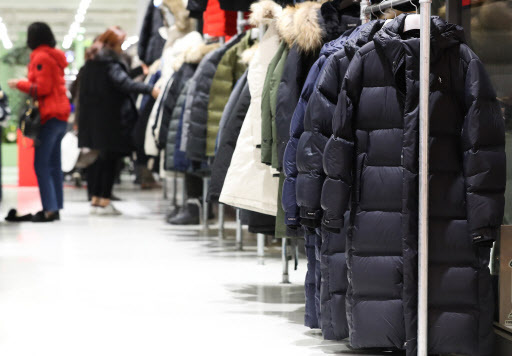 Long padded coats on display at a department store in Seoul (Yonhap)
