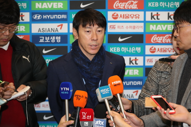 South Korea national soccer team head coach Shin Tae0-yong speaks to reporters after returning home from the 2018 FIFA World Cup draw in Russia at Incheon Airport, Sunday. (Yonhap)