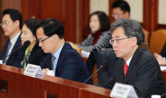 Trade Minister Kim Hyun-chong held a meeting Monday with officials from 20 ministries and government organizations to share issues related to the Korea-US free trade agreement. (Yonhap)