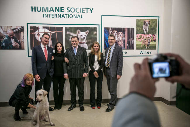 A photo exhibition organized by the Humane Society International and sponsored by the British Embassy, was attended by Robin Russell (second from left), an international environmentalist and businessman who has worked extensively on conservation issues and championed the partnership of corporate philanthropy and environmental campaigns in the UK. (Humane Society International)