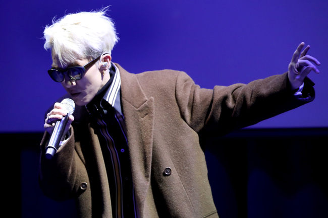 """Zion. T performs at a showcase for his new song """"Snow"""" at the CGV Cheongdam Cine City on Monday. (Yonhap)"""
