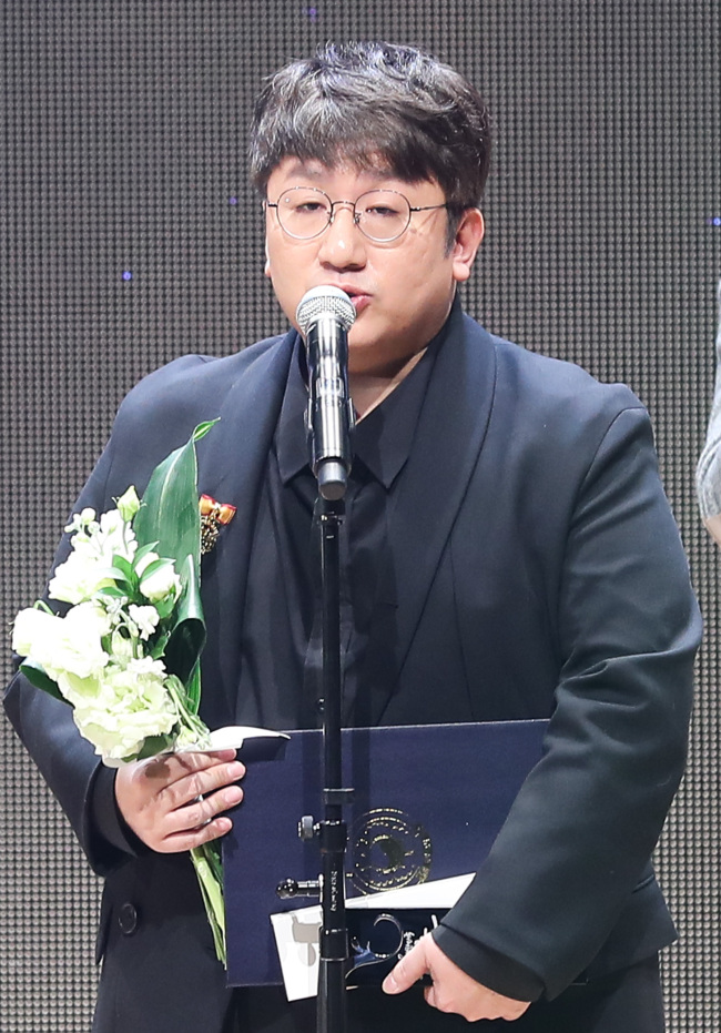 Bang Si-hyuk delivers an acceptance speech at the Korean Content Awards ceremony at Coex Seoul on Tuesday. (Yonhap)