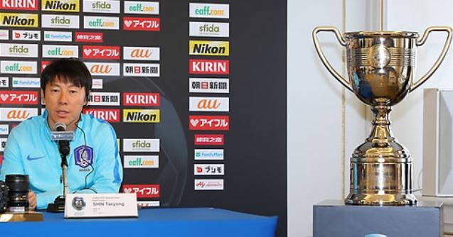 South Korea national football team head coach Shin Tae-yong speaks at a press conference with the winner`s trophy of the East Asian Football Federation (EAFF) E-1 Football Championship on display at a hotel in Tokyo on Dec. 7, 2017. (Yonhap)
