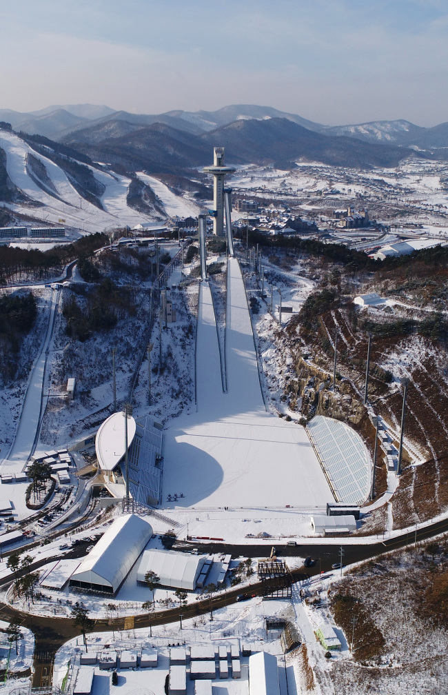 Ski jump slopes for the 2018 PyeongChang Winter Olympics are covered with snow (Yonhap)
