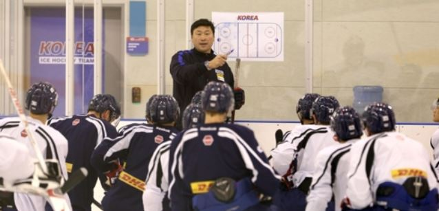 In this undated file photo provided by the Korea Ice Hockey Association, Jim Paek (C), head coach of the South Korean men`s national hockey team, gives direction to his players during practice at the Jincheon National Training Center in Jincheon, North Chungcheong Province. (Yonhap)