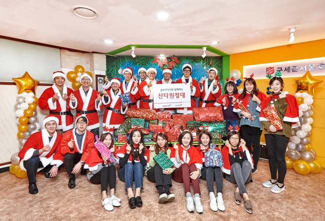 Kumho Tire employees deliver Christmas presents to children at the Salvation Army Seoul Broadview Children's Home in western Seoul on Friday. (Kumho Tire)