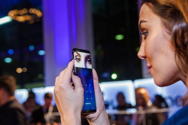 A user tries to unlock her Galaxy S8 through iris scanner. (Samsung Electronics)