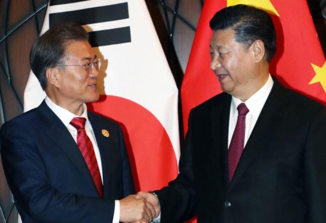 Moon Jae-in and Xi Jinping meet in Da Nang, Vietnam on Nov. 11 (Yonhap)