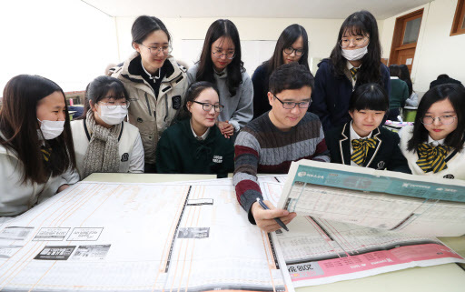 Students at Youngbok High School discuss which college to apply with their teacher (Yonhap)