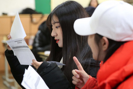 Student at Yeouido Girl's High School receives a report card of 2018 college entrance exam (Yonhap)