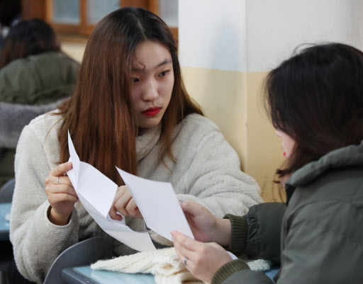 Students talk about their scores of 2018 college entrance exam in Gwangnam High School, Seoul (Yonhap)