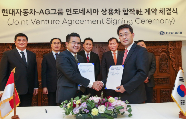 Lee In-cheol (right), senior vice president of Hyundai's commercial vehicle export division, and Vice Chairman of AG Group Iki Wibowo attend the signing ceremony of the joint venture at the Indonesian Embassy in western Seoul. (Hyundai Motor)