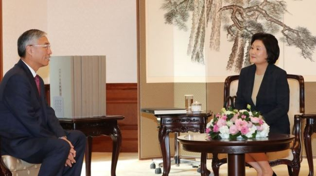 First lady Kim Jung-sook (right) in a meeting with Chinese Ambassador to Korea Qiu Guohong (left) at Cheong Wa Dae, on Sep. 27 (Yonhap)